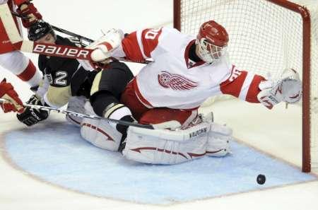 Detroit Red Wings goaltender Chris Osgood in Pittsburgh, Pennsylvania September 22, 2010. REUTERS/David DeNom