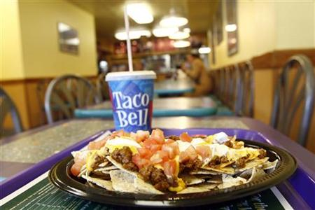 An order of nachos is seen on a table at a Taco Bell fast food restaurant in New York December 7, 2006. REUTERS/Keith Bedford