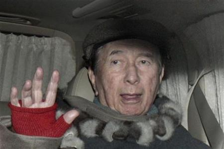 Macau casino magnate Stanley Ho waves as he sits in a car while leaving the house of Ina Chan un-Chan, his third wife, in Hong Kong January 27, 2011. REUTERS/Tyrone Siu