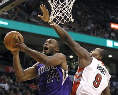 Sacramento Kings forward Carl Landry (L) goes to the basket against Toronto Raptors defender Joey Dorsey (R) during the second half of their NBA basketball game in Toronto January 9, 2011. REUTERS/Mike Cassese
