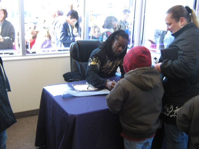 Q106 and WWE Superstar Kofi Kingston paid a visit to Metro PCS before the WWE Event at the Breslin Center on Sunday, March 27!