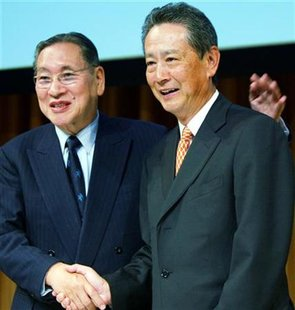 Sony Corp chairman and chief executive Nobuyuki Idei (R) smiles with chairman of the board Norio Ohga during a news conference announcing Ohga's retirement as director in Tokyo January 28, 2003. REUTERS/Toshiyuki Aizawa