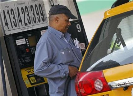 A taxicab driver fills his tank at a gas station in mid-town Manhattan in New York, April 11, 2011. REUTERS/Brendan McDermid