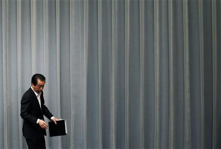 Japan's Prime Minister Naoto Kan walk out of a venue after a news conference in Tokyo May 18, 2011. REUTERS/Kim Kyung-Hoon