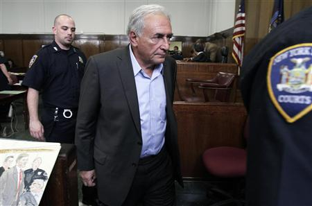 Former IMF chief Dominique Strauss-Kahn (C) walks past a courtroom sketch artist for a recess during his bail hearing inside of the New York State Supreme Courthouse in New York May 19, 2011. REUTERS/Richard Drew/Pool