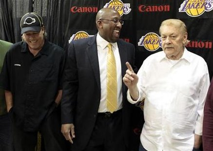 Mike Brown chats with Jerry Buss and Jim Buss after a news conference in Los Angeles