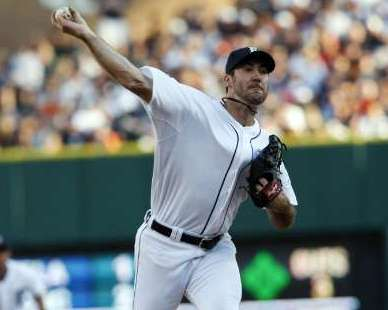 Detroit Tigers starter pitcher Justin Verlander throws to the Chicago White Sox during the third inning of their MLB American League baseball game in Detroit, Michigan July 15, 2011. REUTERS/Rebecca Cook