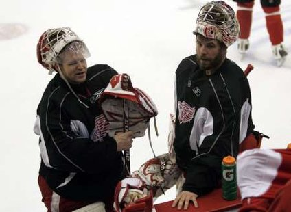 Detroit Red Wings goalie Chris Osgood (L) chats with backup goalie Ty Conklin during the team morning hockey practice at Joe Louis Arena in Detroit, Michigan June 8, 2009/REUTERS