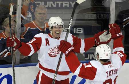 Detroit Red Wings' Kris Draper (L) and Tomas Tatar celebrate a goal against the Edmonton Oilers during the second period of their NHL hockey game in Edmonton January 4, 2011. REUTERS
