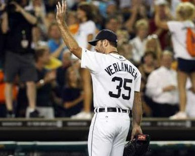 Detroit Tigers starting pitcher Justin Verlander acknowledges fans as he leaves the game during the eighth inning of their MLB American League baseball game against the Minnesota Twins in Detroit, Michigan August 16, 2011. REUTERS/Rebecca Cook