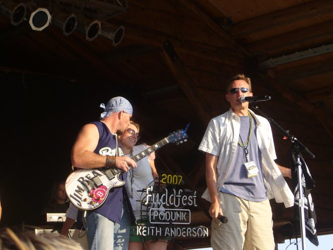 Lee Peek on stage with Keith Anderson at Fuddfest 2007