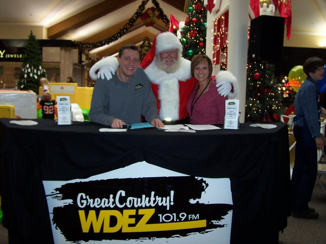Lee Peek and Nikki Montgomery with Santa at the Wausau Center Mall 2008