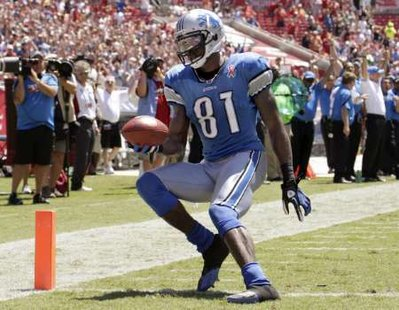 Detroit Lions wide receiver Calvin Johnson (81) scores on a 36-yard pass from Lions quarterback Matthew Stafford during their NFL football game against the Tampa Bay Buccaneers in Tampa, Florida September 11, 2011. REUTERS/Pierre DuCharme(UNITED STATES - Tags: SPORT FOOTBALL)