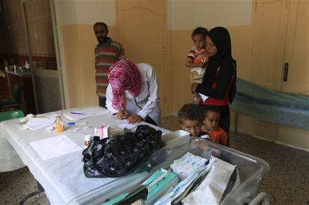Doctors treat the children of families fleeing from the fighting in Sirte at a medical center in Herawa