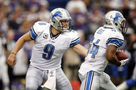 Detroit Lions quarterback Matthew Stafford (L) hands the ball off to Lions running back Jahvid Best during the fourth quarter of their NFC football game against the Minnesota Vikings in Minneapolis September 25, 2011. Detroit won the game in overtime. REUTERS/Eric Miller (UNITED STATES - Tags: SPORT FOOTBALL)