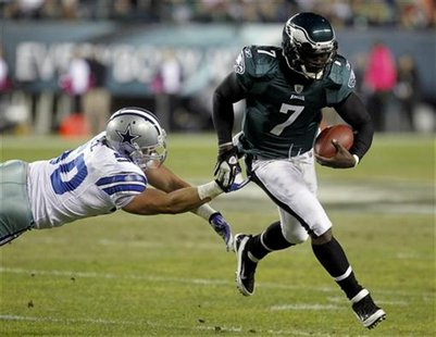 Philadelphia Eagles quarterback Michael Vick avoids a tackle from the Dallas Cowboys linebacker Sean Lee in Philadelphia