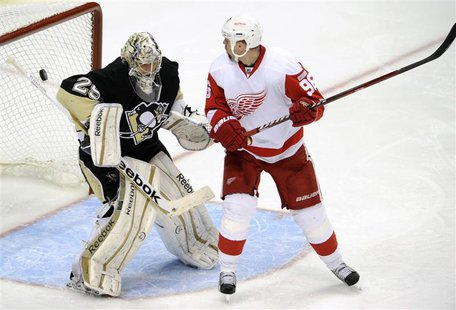 Detroit Red Wings' Franzen scores winning goal against Pittsburgh Penguins goalie Fleury in the third period of their NHL hockey game in Pit