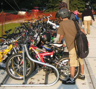 Kids bike to school (courtesy of saferoutescoop.wordpress.com)