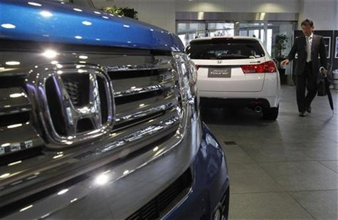 A visitor looks at Honda Motor's cars at the company showroom in Tokyo April 27, 2012. REUTERS/Kim Kyung-Hoon