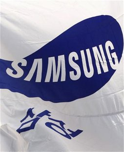Flag of Samsung flutters in the wind at the company's main office building in Seoul January 17, 2012. REUTERS/Kim Hong-Ji