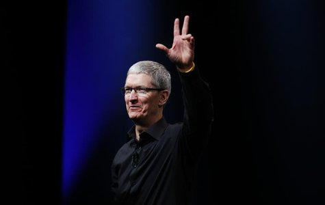 Apple CEO Tim Cook waves at the end of Apple Inc.'s iPhone media event in San Francisco, California September 12, 2012. REUTERS/Beck Diefenb