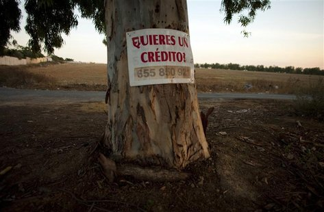 "A sign that reads ""Do you want a loan?"" is seen on a tree in Bormujos, southern Spain October 2, 2012. REUTERS/Marcelo del Pozo"
