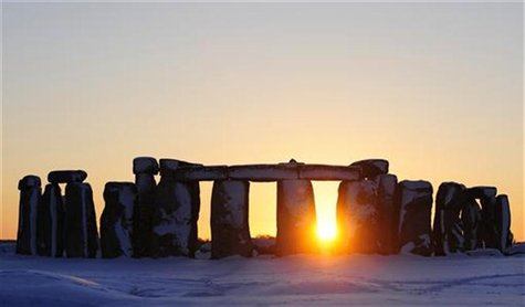 The sun sets behind Stonehenge in Wiltshire, southern England January 7, 2010. REUTERS/Kieran Doherty