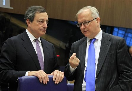 European Central Bank (ECB) President Mario Draghi (L) talks with European Economic and Monetary Affairs Commssioner Olli Rehn (R) at a euro