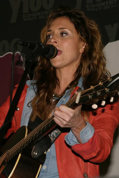 Kelleigh Bannen live at the Y100 pre-concert party at Brett Favre's Steakhouse