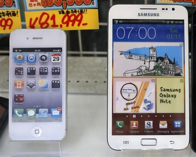 Apple's iPhone (L) and Samsung Galaxy Note are displayed at a shop in Tokyo in this August 31, 2012, file photo. REUTERS/Kim Kyung-Hoon/File