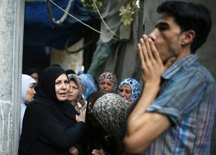 Palestinian relatives of Hamas gunman Ismail al-Tille mourn during his funeral in Beit Lahiya in the northern Gaza Strip October 24, 2012. I
