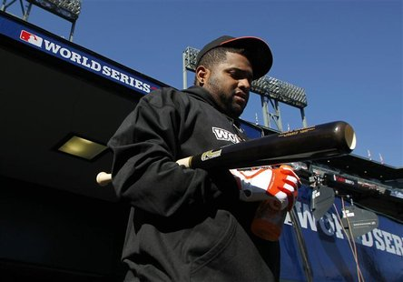 San Francisco Giants third baseman Pablo Sandoval walks out to the field for batting practice before the start of Game 2 of the MLB World Se