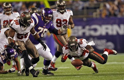 Tampa Bay Buccaneers linebacker Lavonte David (54) tries to recover a Minnesota Vikings fumble during the first half of their NFL football g