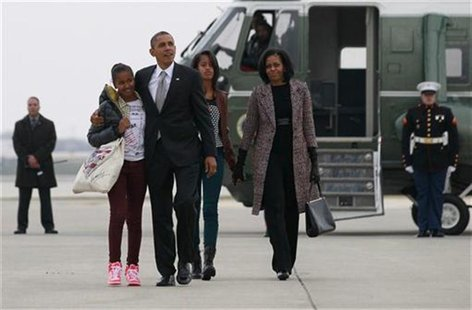 U.S. President Barack Obama(2nd L), first lady Michelle Obama (R) and their daughters Malia and Sasha (L) walk to Air Force One in Chicago,