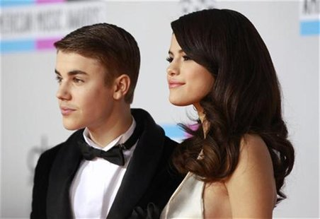 Singer Selena Gomez (R) and Justin Bieber, pose on arrival at the 2011 American Music Awards in Los Angeles November 20, 2011. REUTERS/Danny