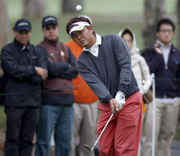 Danny Chia of Malaysia chips the ball onto the ninth green during the third round of the Hong Kong Open golf tournament November 14, 2009. R