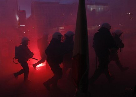 Riot police confronts demonstrators as violence breaks out at a parade celebrating Poland's national holiday in Warsaw November 11, 2012. RE
