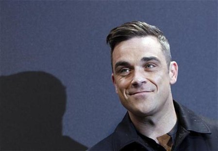 "British singer Robbie Williams arrives on the red carpet for the German premiere of ""Cars 2"" in Munich July 28, 2011. REUTERS/Michaela Rehle"