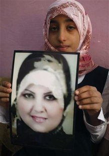 Zainab, the niece of Shaima Alawadi, holds the picture of her slain aunt at her father's house in Samawa, 270 km (160 miles) south of Baghda