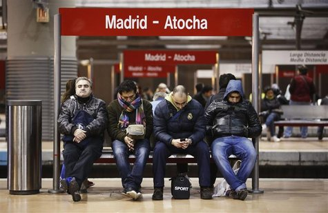 Commuters wait for trains at Atocha rail station during a 24-hour nationwide general strike in Madrid, November 14, 2012. REUTERS/Paul Hanna