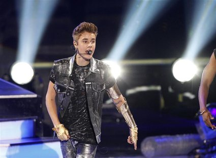 Singer Justin Bieber performs at the 2012 Teen Choice Awards at the Gibson Amphitheatre in Universal City, California July 22, 2012. REUTERS