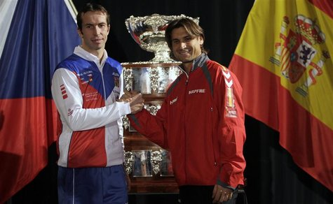 Czech Republic's Radek Stepanek (L) and Spain's David Ferrer pose for a picture after the draw for the Davis Cup final in Prague November 15