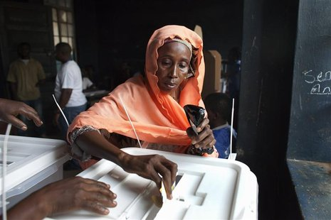 A woman casts her ballot during presidential elections in Freetown, Sierra Leone November 17, 2012. REUTERS/Joe Penny