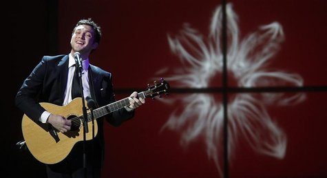 Singer Phillip Phillips performs during the Glamour Magazine Women of the Year Awards event in New York November 12, 2012. REUTERS/Carlo All