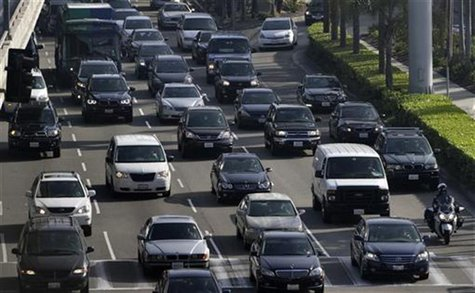 Traffic moves on the arrival level of Los Angeles International Airport in Los Angeles, California, November 21, 2012. REUTERS/Jonathan Alco