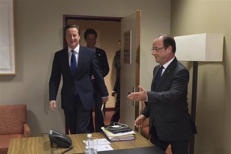 French President Francois Hollande (R) arrives with Britain's Prime Minister David Cameron (L) and the Netherlands' Prime Minister Mark Rutt