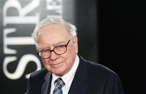 "Investor Warren Buffet arrives for the premiere of the film ""Wall Street: Money Never Sleeps"" in New York September 20, 2010. REUTERS/Lucas"