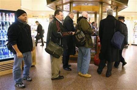 People line up to buy Powerball tickets from a newsstand inside Grand Central Station in New York, November 27, 2012. The jackpot for the Powerball lottery soared on Tuesday to a record $500 million and could increase again by the time the winning numbers are drawn on Wednesday, a lottery official said.  REUTERS/Carlo Allegri