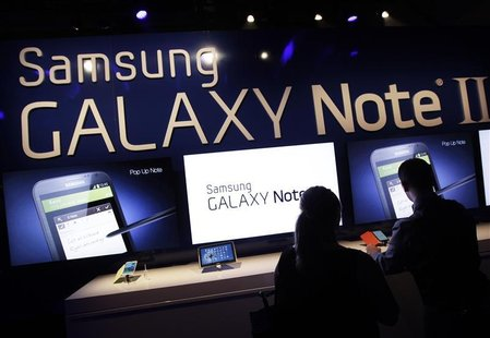 People use the Galaxy Note II after a news conference announcing Samsung's update to its phone-tablet hybrid in New York, October 24, 2012.
