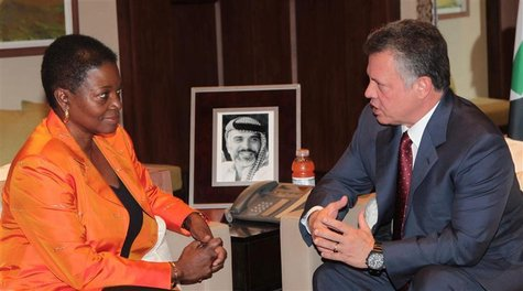 Jordan's King Abdullah (R) meets with United Nations emergency relief coordinator Valerie Amos at the Royal Palace in Amman November 26, 201